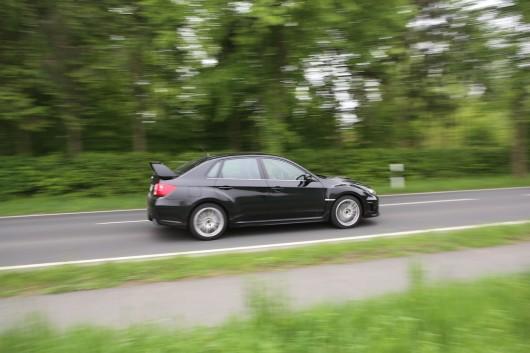 Subaru WRX fahrt seitlich