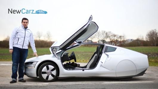 NewCarz-Redakteur Mikhail Bievetskiy ist zwiegespalten. Ist der Volkswagen XL1 die Zukunft? Wird sich klären. Chic findet er die Leichtlaufreifen der Dimension 115/80/R18 vorne und 145/55/R16 trotzdem, die der Radkasten für eine bessere Aerodynamik verdeckt.