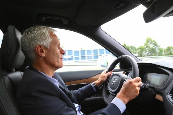 Olaf H. Meidt zeigt uns auf einer Probefahrt, wie sich der neue Volvo XC90 fährt und demonstriert die neuen Assistenzsysteme.