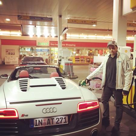 Redakteur Mikhail Bievetskiy tankt gerade den Audi R8 für eine Ausfahrt im Rahmen vom 24h Rennen von Le Mans voll.
