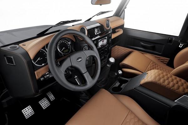 Der Innenraum wurde von der hauseigenen Sattlerei mit braunem Leder ausgestattet, dass gesteppt ist und schwarze Kontrastnähte hat.