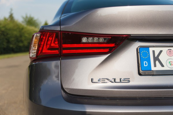 NewCarz-Lexus-IS300h-02