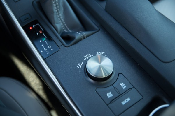 NewCarz-Lexus-IS300h-05