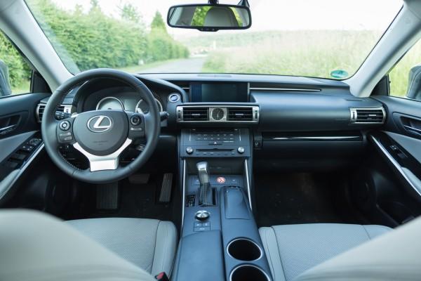 NewCarz-Lexus-IS300h-06