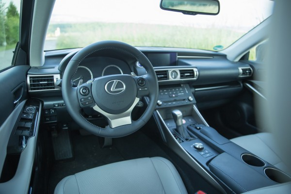 NewCarz-Lexus-IS300h-07