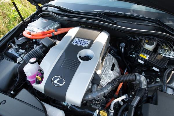 NewCarz-Lexus-IS300h-09