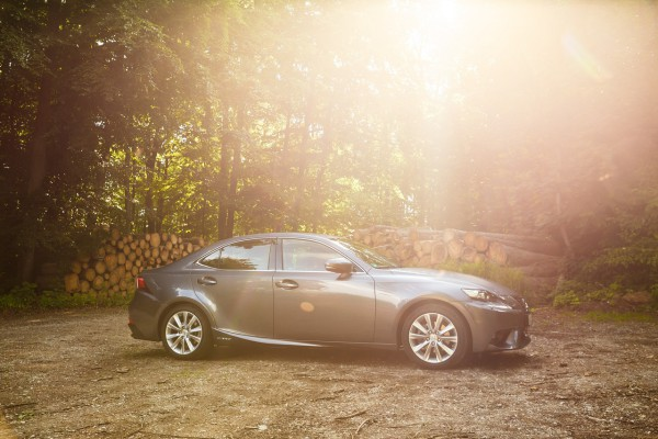 NewCarz-Lexus-IS300h-11