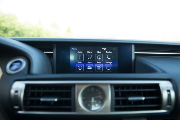 NewCarz-Lexus-IS300h-14