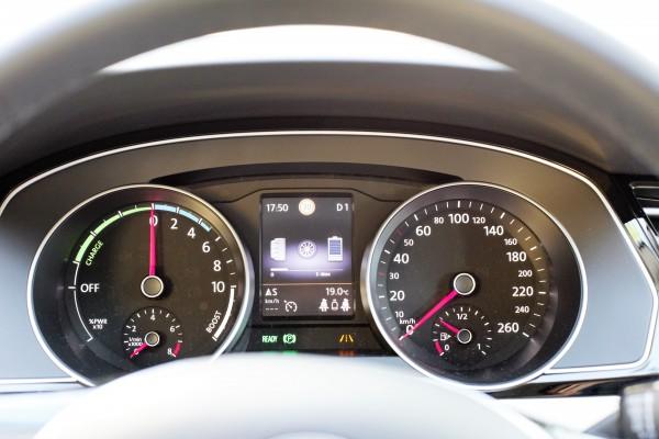 newcarz-VW-Passat-GTE_cockpit