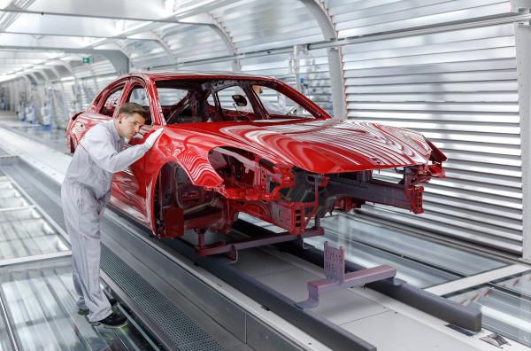 Porsche Panamera G2-Karosse im Ergolux-Tunnel der Lackiererei der Porsche Leipzig GmbH am 23.05.2016