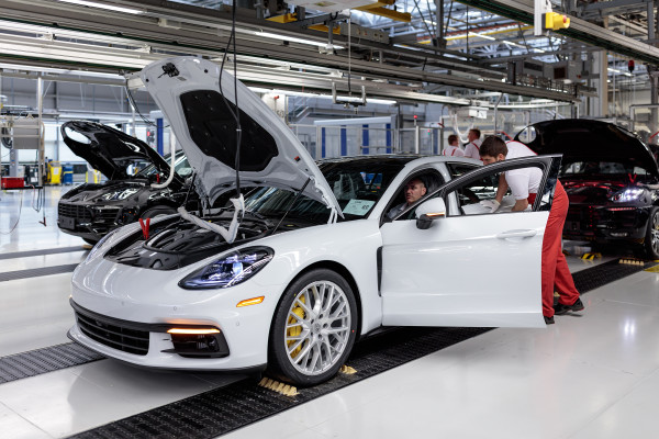 Panamera G2 Vorserienmodell bei der Porsche Leipzig GmbH am 27.04.2016
