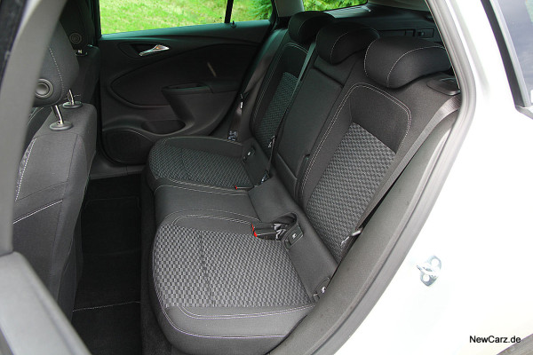 NewCarz-Opel-Astra-Sports-Tourer (6)