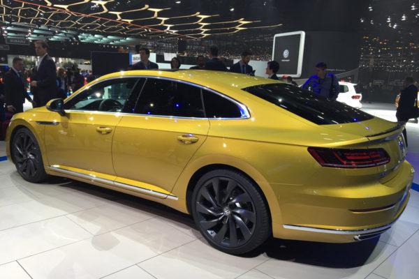 VW Arteon Genf schräg hinten