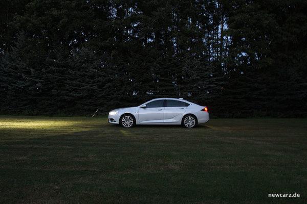 Opel Insignia Seite bei Dunkelheit