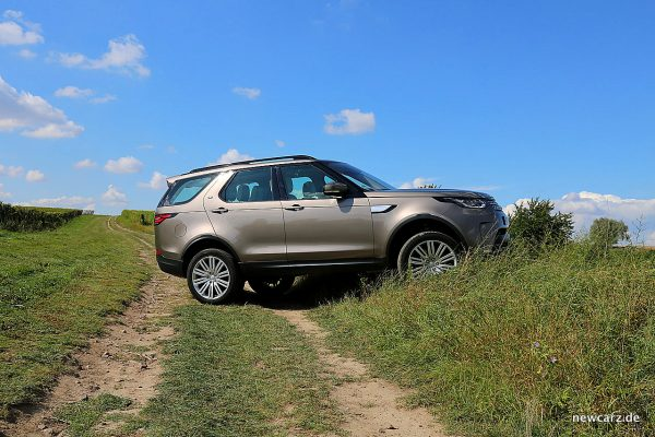 Land Rover Discovery 5 Offroad Wiese