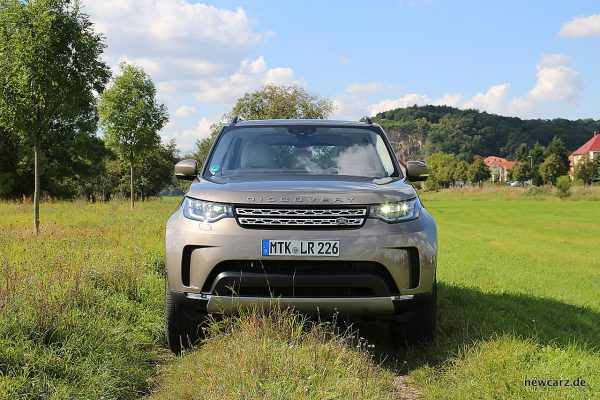 Land Rover Discovery 5 Front offroad