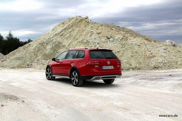 VW Golf Alltrack Variant schräg hinten offroad