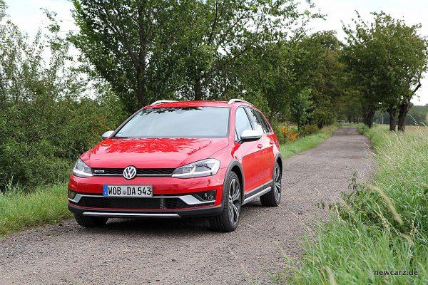 VW Golf Alltrack Variant vorn schräg links