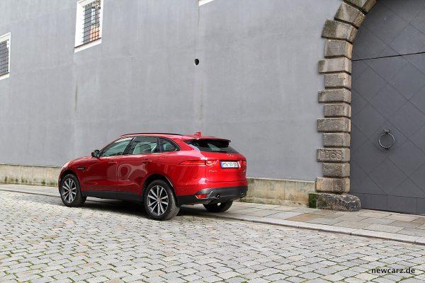 Jaguar F-Pace schräg hinten