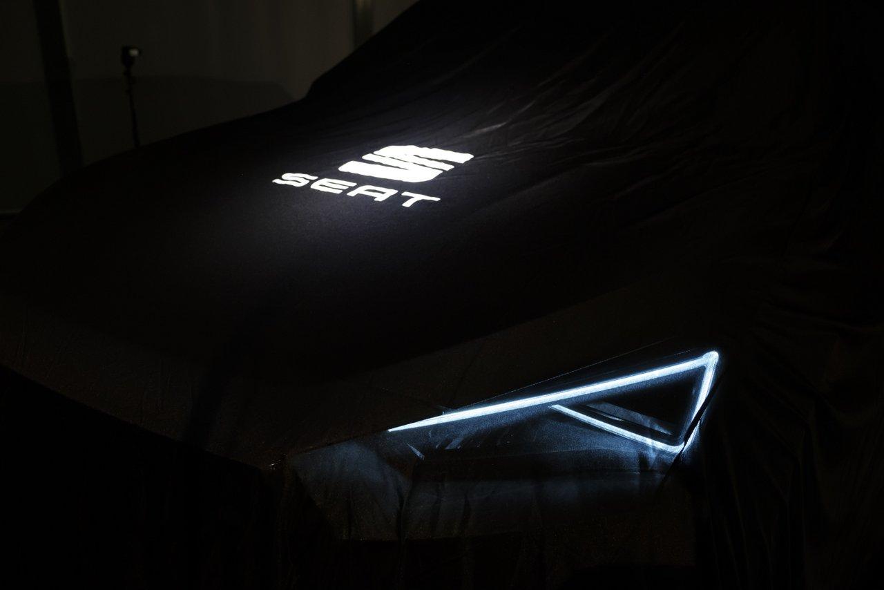 Unter einem schwarzen Vorhang verbirgt sich der neue Seat Tarraco