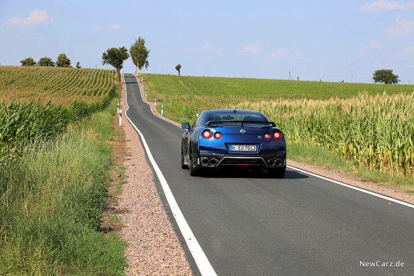Nissan GT-R Track Edition schräg hinten Road