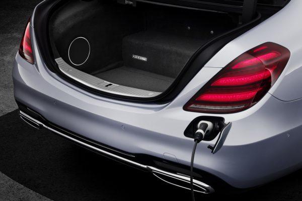 Der neue Mercedes-Benz S 560 e während des Ladevorgangs