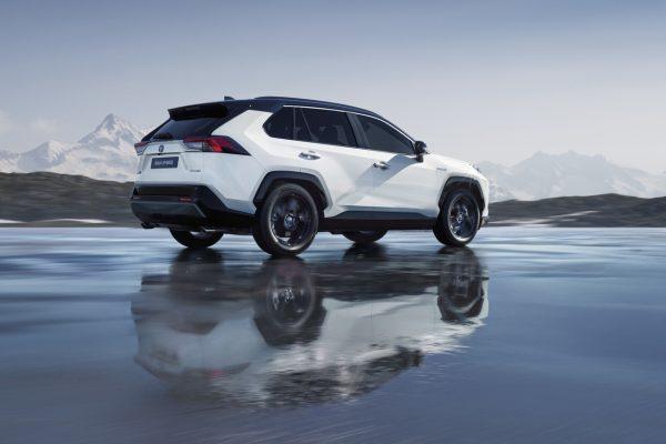 Seitliche Heckansicht des neuen Toyota RAV4