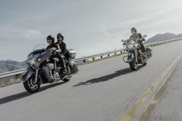 Die Motorräder Indian Roadmaster und Indian Springfield fahrend auf einer Straße