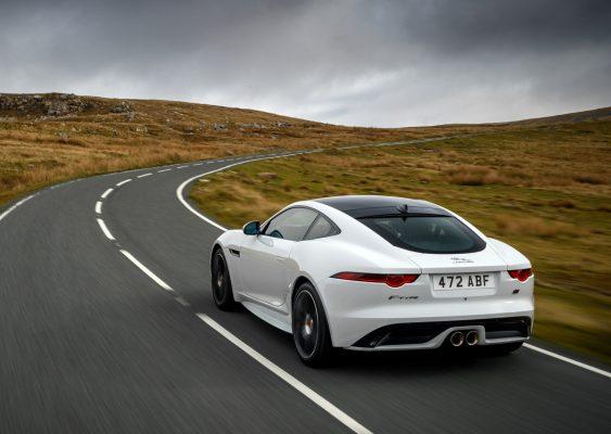 Heckansicht des Jaguar F-Type Chequered Flag