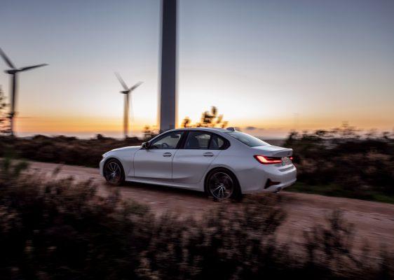 Seitliche Heckansicht des BMW 330e