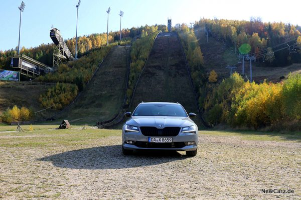 Skoda Superb Combi SportLine Front vor Skisprungschanze