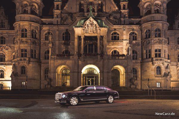 Bentley Mulsanne EWB vor Schloss