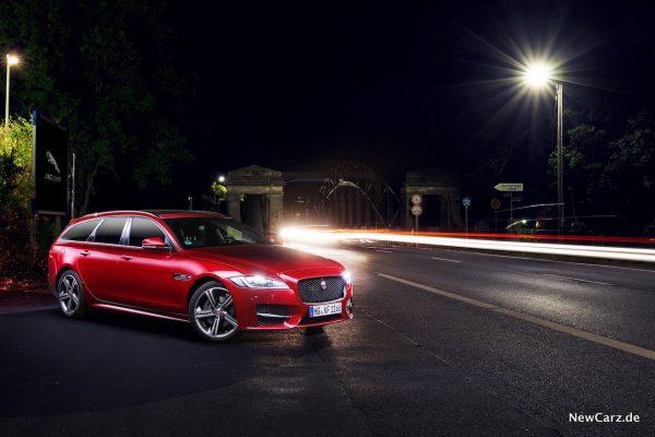 Jaguar XF Sportbrake bei Nacht