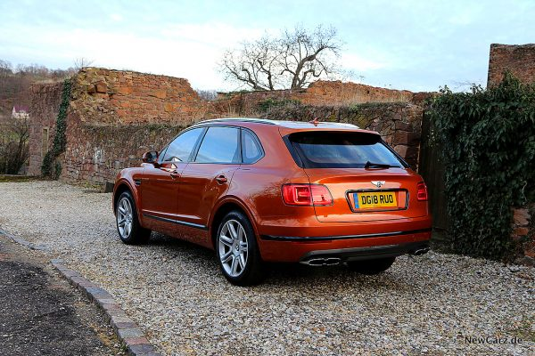 Bentley Bentayga V8 schräg hinten links auf Schotter