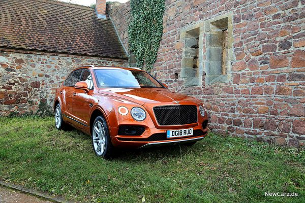 Bentley Bentayga V8 vor Ruine