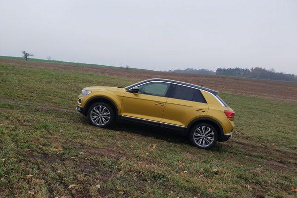 VW T-Roc bergauf unterwegs