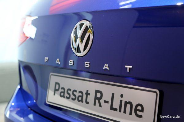 VW Passat Facelift Schriftzug außen