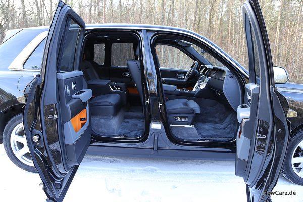 Rolls-Royce Cullinan Seite mit offenen Türen.
