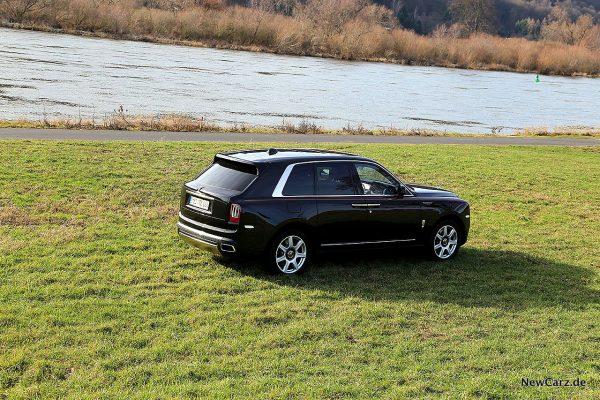 Rolls-Royce Cullinan auf Wiese