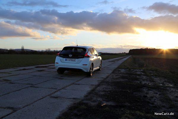 Nissan Leaf ZE1 schräg hinten rechts Sonnenuntergang