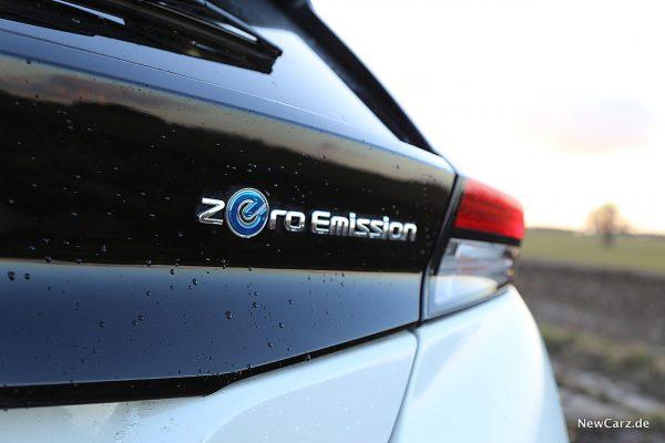 Nissan Leaf ZE1 Zero-Schild am Heck