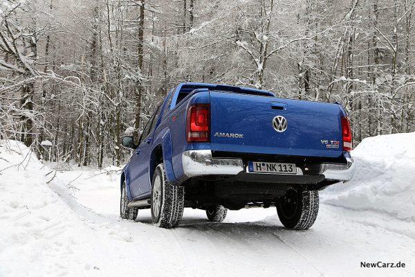 VW Amarok bergab im Schnee