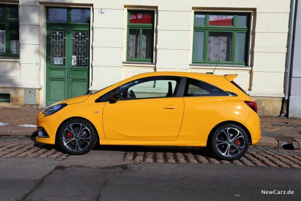Opel Corsa GSi Seitenperspektive vor Hauseingang