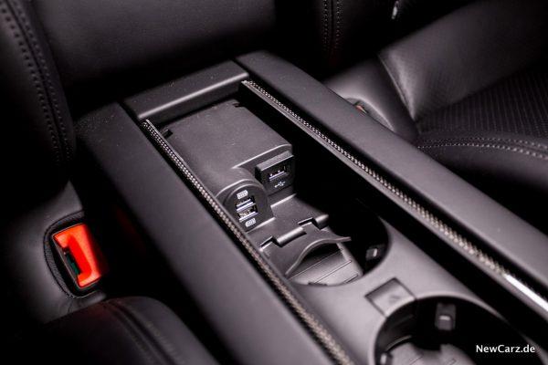 Porsche Panamera Turbo S E-Hybrid USB Slots hinten