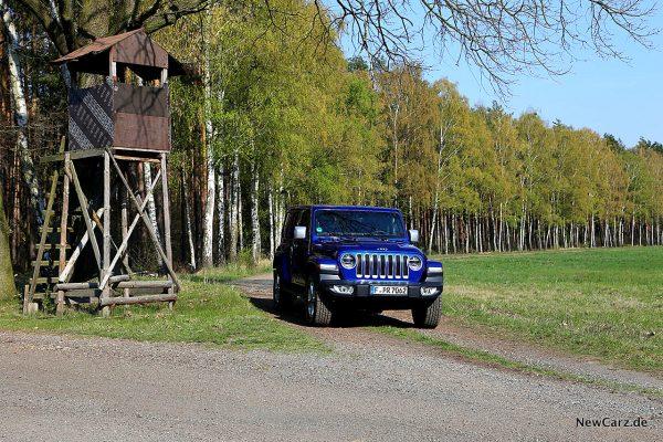 Jeep Wrangler neben Hochstand