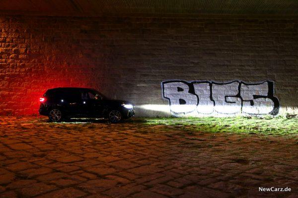 BMW X5 M50d bei Dunkelheit