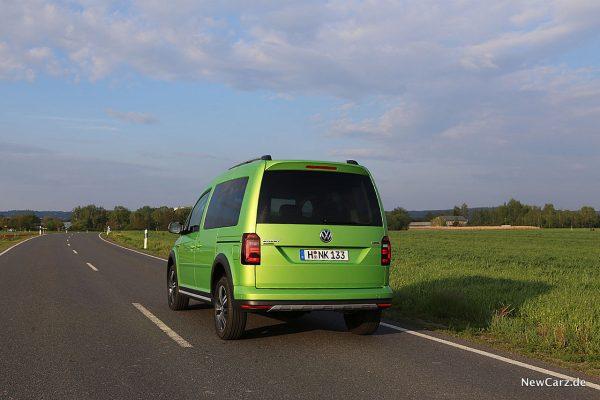 VW Caddy Alltrack auf Asphalt