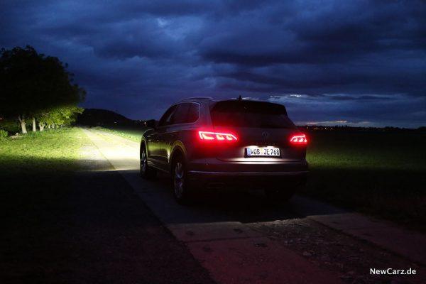 VW Touareg III schräg hinten links bei Dunkelheit