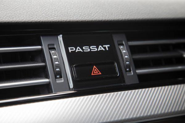 VW Passat Facelift Schriftzug Innenraum Armaturentafel