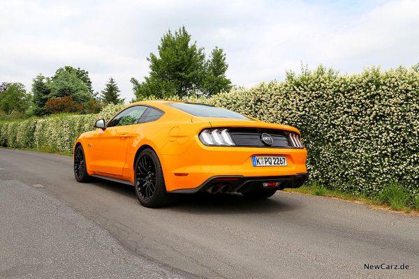 Ford Mustang GT schräg hinten links
